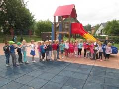 Zabawy przedszkolaków naplacu zabaw